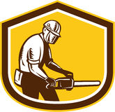 Holzfäller Operating Chainsaw Shield Retro- Lizenzfreies Stockbild
