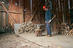 Holzfäller Standing mit Axt Stockfotos
