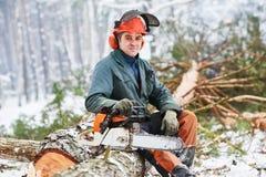 Holzfällerporträtbaum im Schneewinterwald Stockbilder