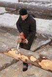 Holzfällerschalen bellen von den Klotz, unter Verwendung einer Kettensäge Stockfotos
