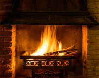 Holzfeuer in einem Kamin Stockbilder