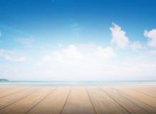 Holzfußbodenmuster, Seehintergrund, verwischte Meerabstrakte Zusammenfassung Beleuchten Sie die Mitte des Sichtkonzeptes Stockfotografie