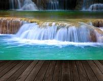 Holzfußbodenperspektive und natürlicher Gebirgswasserfall Wasser fal Lizenzfreie Stockfotografie