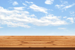 Holzfußbodenstreifen und Hintergrund des blauen Himmels Stockbild