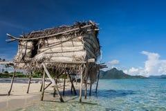 Holzhäuser auf den Stelzen, die auf den Ozean schwimmen Stockfotografie