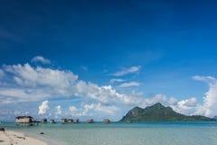 Holzhäuser auf den Stelzen, die auf den Ozean schwimmen Lizenzfreie Stockfotografie