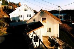 Holzhäuser auf der schmalen Straße Stockbilder