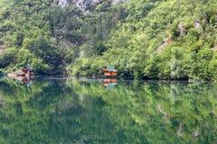 Holzhäuser auf Green River Lizenzfreie Stockfotografie