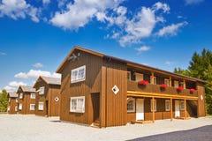 Holzhäuser am bewölkten Sommertag Stockfoto