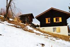 Holzhäuser in den Schweizer Alpen stockbild