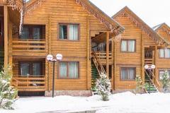 Holzhäuser in einem Skiort Stockfotos