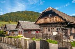 Holzhäuser im Dorf Cicmany stockfotos