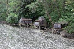 Holzhäuser im Fluss Stockbild