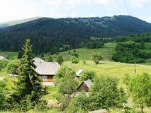 Holzhäuser im Gebirgsgrünen Frühling stockfotos