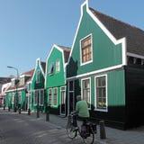 Holzhäuser in Krommenie in den Niederlanden lizenzfreie stockfotos