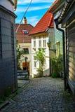 Holzhäuser und Kopfsteinstraße, Norwegen Stockfoto