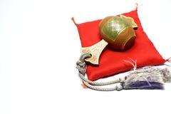 Holzhammer des Glücks auf dem roten japanischen Kissen Stockbild