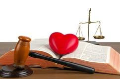 Holzhammer, Gesetzbuch, Herz und Skalen von Gerechtigkeit Stockfotos