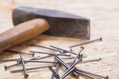 Holzhammer mit Nägeln und Planken des neuen Holzes Stockfoto