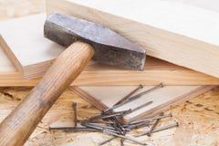 Holzhammer mit Nägeln und Planken des neuen Holzes Stockfotos