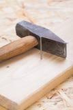 Holzhammer mit Nägeln und Planken des neuen Holzes Lizenzfreies Stockbild