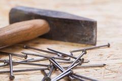 Holzhammer mit Nägeln und Planken des neuen Holzes Lizenzfreie Stockfotografie