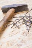 Holzhammer mit Nägeln und Planken des neuen Holzes Lizenzfreies Stockfoto