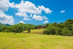 Holzhaus auf Berg im Sommer Hintergrund der Wolke und des blauen Himmels Stockbilder