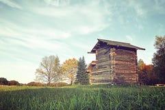 Holzhaus auf dem Gebiet - ländliche Landschaft des Herbstes Stockbilder