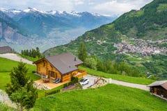 Holzhaus auf einer grünen Wiese lizenzfreie stockfotografie