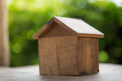 Holzhaus auf grüner Natur Stockfotografie