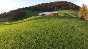 Holzhaus auf Wald des grünen Hügels im Hintergrund, Leysin-Alpen stock video