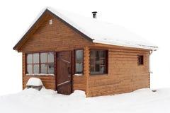 Holzhaus bedeckt durch Schnee auf weißem Hintergrund Stockfotos