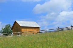 Holzhaus in den Karpaten Stockfotografie