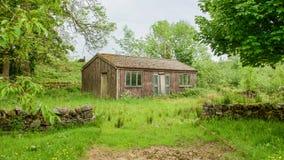 Holzhaus in der Abholzung Lizenzfreie Stockbilder