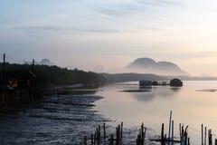 Holzhaus des Fischers auf Meer lizenzfreie stockbilder