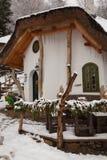 Holzhaus in einem Winterdorf Stockfotografie