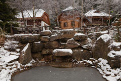 Holzhaus in einem Winterdorf Lizenzfreie Stockfotografie