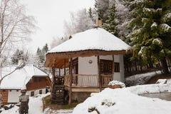 Holzhaus in einem Winterdorf Stockbild