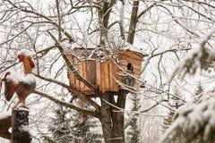 Holzhaus in einem Winterdorf Lizenzfreies Stockfoto