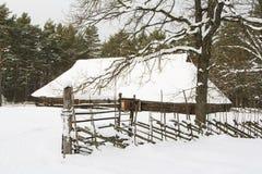 Holzhaus im Schnee Lizenzfreies Stockfoto