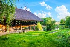Holzhaus im Sommer stockfotografie