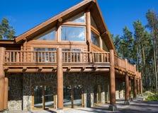 Holzhaus im Wald gegen den blauen Himmel Stockbild