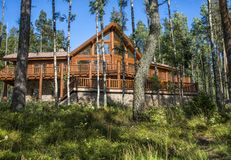 Holzhaus im Wald gegen den blauen Himmel Lizenzfreie Stockfotos
