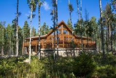 Holzhaus im Wald gegen den blauen Himmel Stockfoto