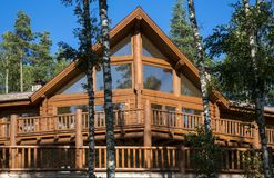 Holzhaus im Wald gegen den blauen Himmel Stockfotos