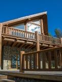 Holzhaus im Wald gegen den blauen Himmel Lizenzfreies Stockbild