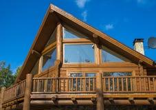 Holzhaus im Wald gegen den blauen Himmel Stockbilder