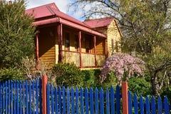 Holzhaus mit frisch gemaltem Zaun Lizenzfreie Stockbilder