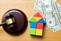Holzhaus mit Geld- und Richterhammer Lizenzfreies Stockbild